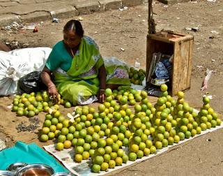 limettes empilées sur un stand en inde
