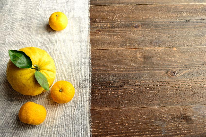 yuzu frais sur table en bois