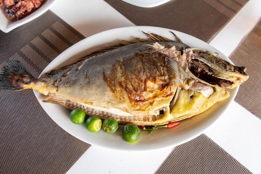 poisson grillé assaisoné au calamonsi