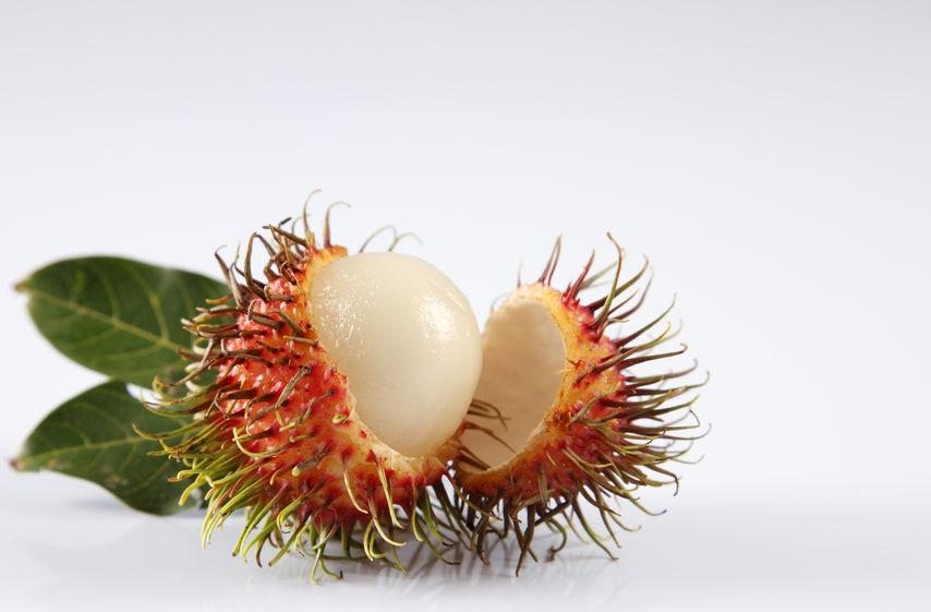 fruit ramboutan ouvert en deux