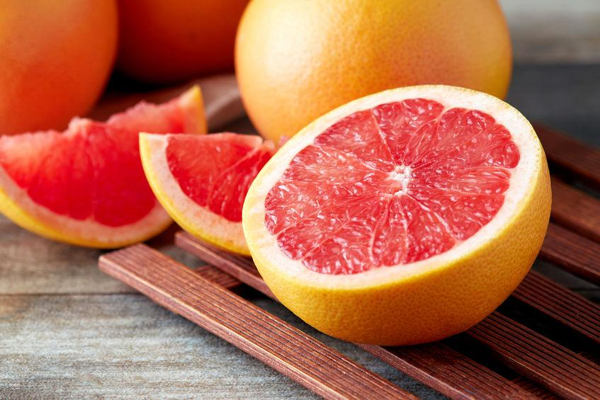 pomelo rouge entier et tranché