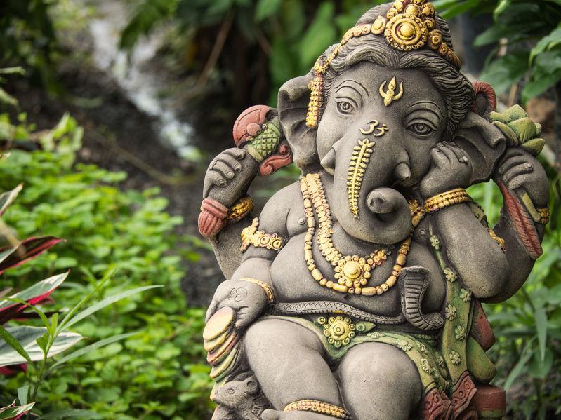 statuette du dieu ganesh, vénéré avec du jamblon