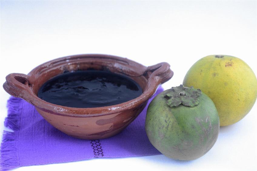 deguster la sapote noire, mixée avec du jus d'orange