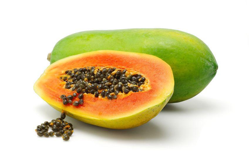 papaye verte entiere et coupee en deux et graines